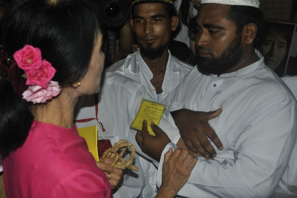Aung San Suu Kyi speaks to a group of Muslim men following her press conference on Wednesday. (Photo: Hpyo Wai Tha / The Irrawaddy)