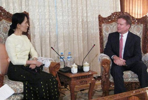 US Senator Jim Webb, pictured here at a meeting with Aung San Suu Kyi in Rangoon in 2009, questioned recently whether the Burmese opposition leader should be telling foreign investors which sectors they should invest in. (Photo: Reuters)