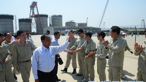 Former Burmese Vice-President Tin Aung Myint Oo greets construction workers at an oil terminal on Arakan State's Maday Island in February. (Photo: yn.xinhuanet.com)