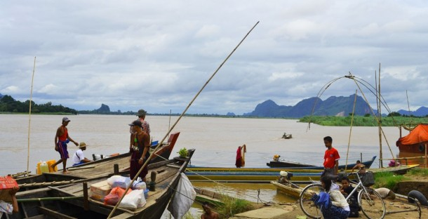 Traders in the Karen State capital Pa-an prepare to set out on the Salween River. (Photo: The Irrawaddy)