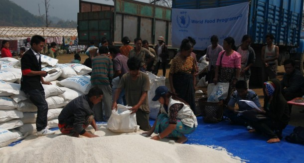 UN staff deliver food to Seng Mai Pa IDP camp near Mai Ja Yang on March 28. (Photo: WPN)