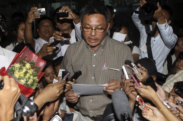 Dr Naing Aung reads from a prepared statement as he is surrounded by Burmese reporters at Rangoon's international airport on Friday, Aug. 31. (Photo: The Irrawaddy)