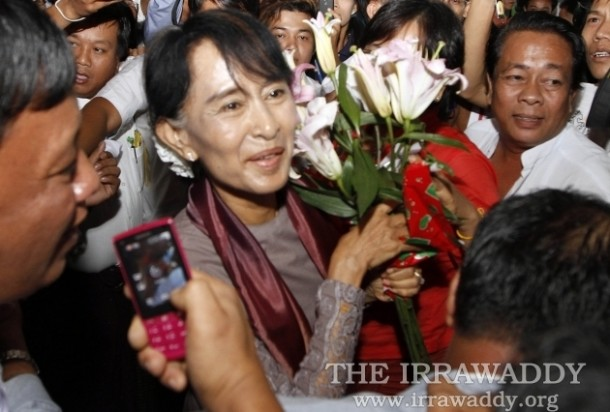Aung San Suu Kyi arrives home in Rangoon on June 30 after her European tour. (Photo: The Irrawaddy)