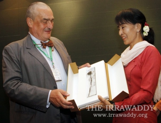 Burmese opposition leader Aung San Suu Kyi, right, receives the gift of a dried rose from Czech Foreign minister Karel Schwarzenberg. (Photo: The Irrawaddy)