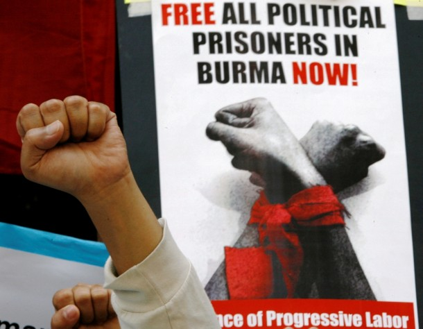 Protesters in Manila call for the release of Burma's remaining political prisoners. (Photo: Reuters)