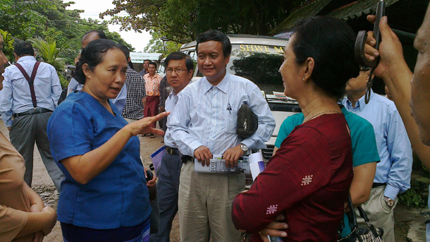 Dr. Cynthia Maung, left, speaks with the chief of Mandalay Hospital, center, and Dr. Wai Wai Tha in August. (Photo: MK)