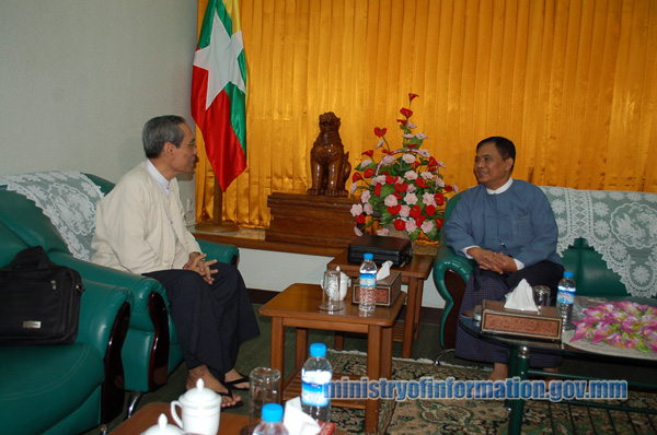 MJA Chairman Maung Wuntha, left, meets new Information Minister Aung Kyi in Naypyidaw. (Photo: Information Ministry)