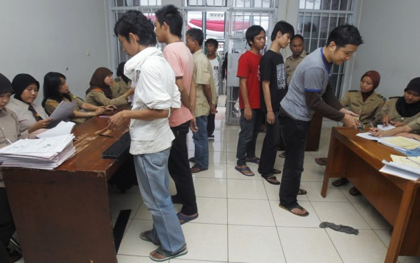 Prison inmates stand in line while waiting to register for their release after receiving free remissions at Cipinang prison in Jakarta in 2010. This year, nearly 6,500 Christian inmates around the country received sentence cuts from the Indonesian government on Christmas. (Photo: Reuters)