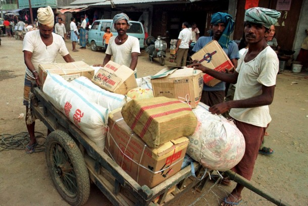Laborers load imported goods on a cart in a market in the free trade zone on the Burma border. (Photo: Reuters)