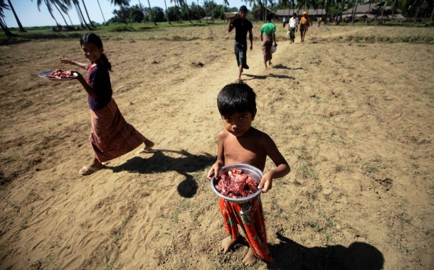 Muslims displaced by recent violence in Pauktaw Township, Arakan State, carry food aids distributed at Owntaw displacement camp outside Sittwe. (Photo: Reuters)