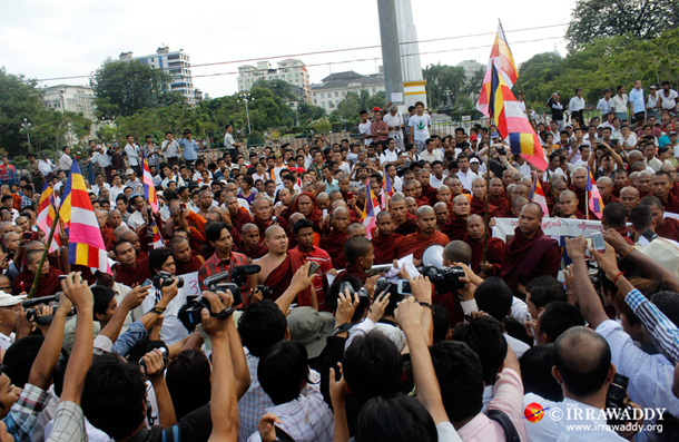 Burmese media swarm around protesting monks in Rangoon. (Photo: JPaing / The Irrawaddy)