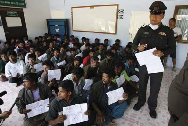 Thai police process Rohingyas at an immigration center in southwest Thailand on Jan. 31, 2009 (Photo: Reuters)