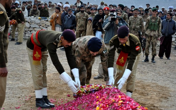 Pakistani soldiers lay a wreath on the grave of Muhammad Aslam, a soldier whom the Pakistan military said was killed by Indian soldiers during an attack at a Pakistani checkpost in the disputed region of Kashmir on Jan 8, 2013. (Photo: Reuters)