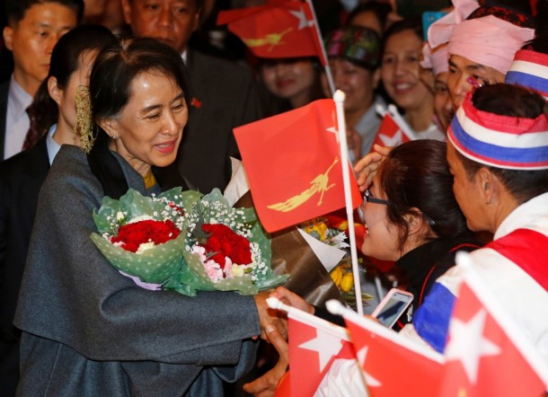 Burmese citizens residing in South Korea greet Aung San Suu Kyi upon her arrival at a hotel in central Seoul on Jan. 28, 2013. (Photo: Reuters)