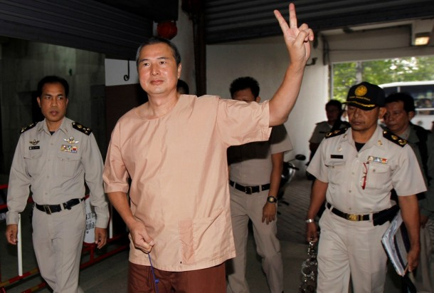 Somyot Prueksakasemsuk, editor of a magazine devoted to self-exiled former Prime Minister Thaksin Shinawatra, gestures as he arrives at the criminal court in Bangkok January 23, 2013. (Photo: Reuters/Chaiwat Subprasom)