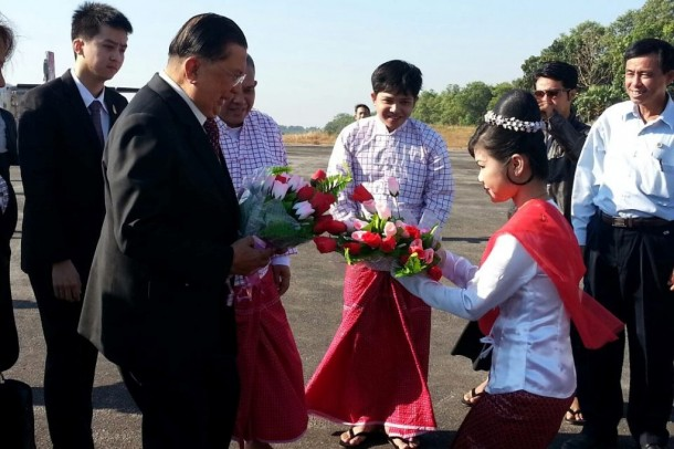 Former Thai PM Chavalit Yongchaiyudh, left, is welcomed at Moulmein's airport on Jan. 22, 2013. (Photo: Than Lwin Times)