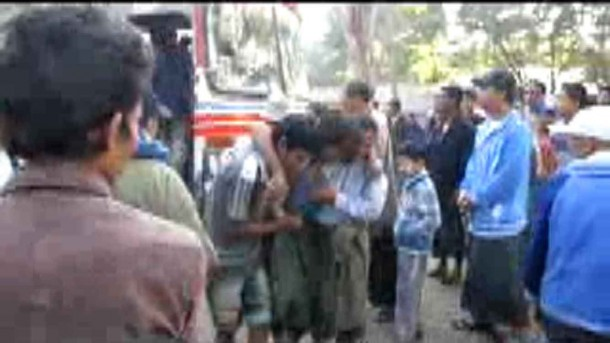 Injured passengers are brought to Taungup Hospital in Arakan State on Wednesday afternoon. (Photo: Pho Khaung)