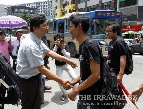 Former political prisoner Min Ko Naing, left, shakes hands with activists campaigning for media freedom in Rangoon on Aug. 4, 2012. (Photo: The Irrawaddy)