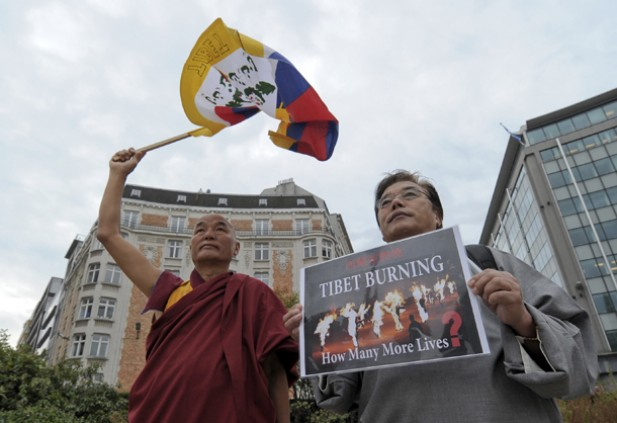 Tibetan activists hold a protest in Brussels in response to a wave of self-immolations by Tibetans opposed to Chinese rule on Sept. 20. (Photo: Reuters)