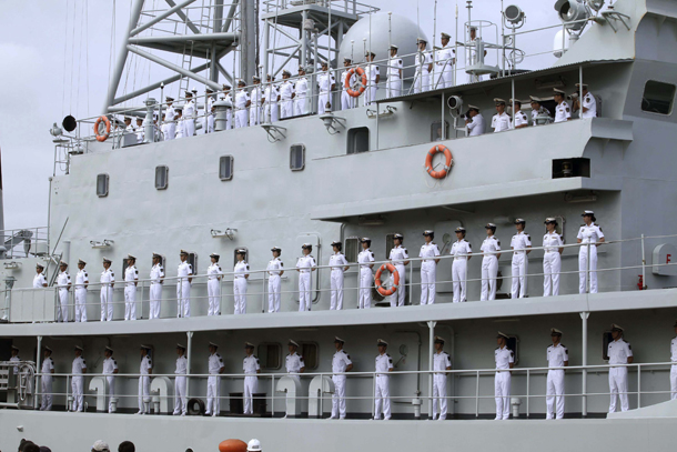 Chinese navy personnel stand at attention on the Chinese military vessel Zheng He in the Ecuadorian seaport of Guayaquil on July 13, 2012. (Photo: Reuters)