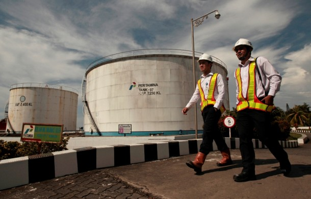Employees of Indonesia's state-owned oil company Pertamina walk through the main storage depot in Makassar, South Sulawesi province on Monday. (Photo: Reuters / Yusuf Ahmad)