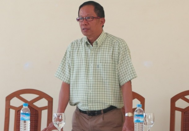 Tin Htut Oo, chairman of the National Economic and Social Advisory Council, speaks with ethnic activists in Naypyidaw on Friday. (Photo: Lawi Weng / The Irrawaddy)