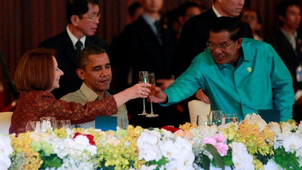 US President Barack Obama watches on as Cambodia's Prime Minister Hun Sen toasts with then Australian Prime Minister Julia Gillard at an East Asia Summit dinner in Phnom Penh on Nov. 19, 2012. (Photo: Reuters / Jason Reed)