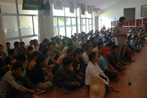 Arrested Burmese migrants in Chiang Mai wait on instructions. (Photo: manager.co.th)