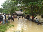 A boat arrives in No. 4 quarter of Thandwe town on Wednesday to deliver food aid to stranded flood victims. (Photo: Rakhine Social Network/ Facebook)