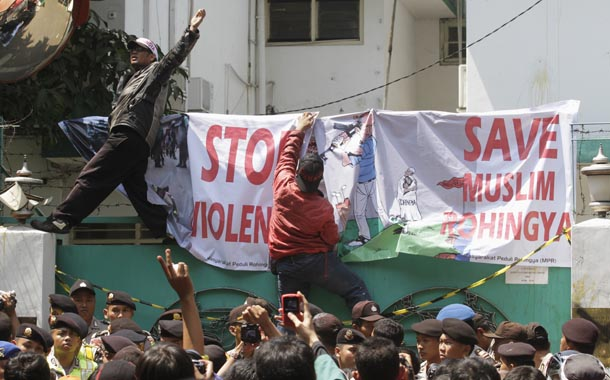 Muslim activists protest outside the Burma Embassy in Jakarta in this Aug. 9, 2012 file photo. (Photo: Reuters / Supri)
