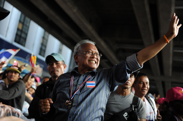 Anti-government protest leader Suthep Thaugsuban waves to supporters in Bangkok on Jan. 13, 2014. (Photo: Steve Tickner / The Irrawaddy)