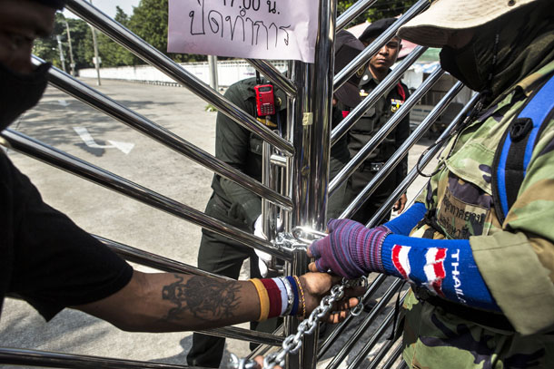 Anti-government protesters chain the gate of an office for the Land Transportation Department in Nonthaburi province on the outskirts of Bangkok on Jan. 29. (Photo: Reuters)