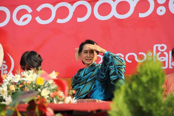 Aung San Suu Kyi looks out on the crowd gathered at an athletic field in the Sagaing Division town of Kalaymyo on Friday. (Photo: Zarni Mann / The Irrawaddy)