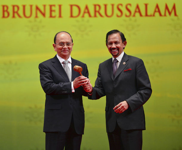 Brunei's Sultan Hassanal Bolkiah hands over the Asean Gavel to Burma President Thein Sein as the next chairman of the Asean Summit during the Closing Ceremony of the 23rd Asean Summit in Bandar Seri Begawan, October 10, 2013. (Photo: Reuters)