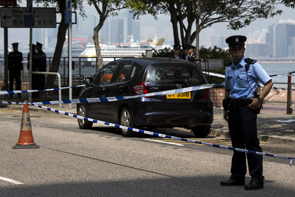 A policeman stands guard next to former Ming Pao chief editor Kevin Lau's car after Lau suffered from a chopper attack in Hong Kong Wednesday. (Photo: Reuters)