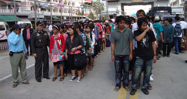 Burmese migrant workers stand in line on the Mae Sot-Myawaddy Friendship Bridge. (Photo: The Irrawaddy)