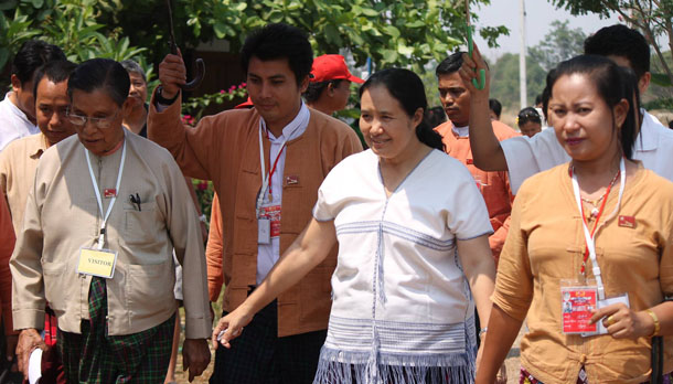 Dr. Cynthia Maung, second right, walks beside National League for Democracy patron Tin Oo, left, at the Mae Tao Clinic in Mae Sot on Monday. (Photo: Moe Kyaw)