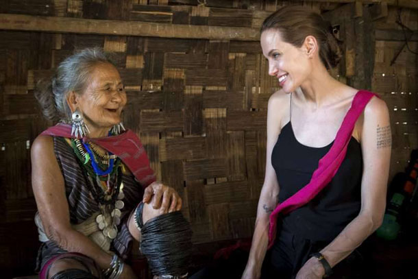 Hollywood actress Angelina Jolie, right, talks with Baw Meh, a Karenni refugee at the Ban Mae Nai Soi camp in Mae Hong Son province, northern Thailand, on June 20. (Photo: R. Arnold / UNHCR)