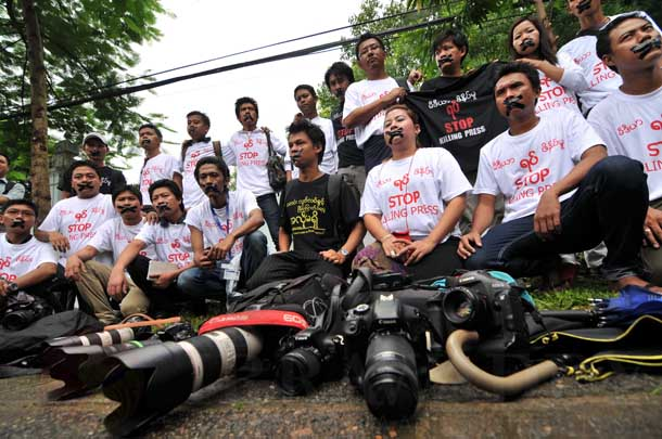 Journalists in Rangoon stage a protest over curbs to press freedom in Burma near the Myanmar Peace Center. (Photo: Sai Zaw / The Irrawaddy)