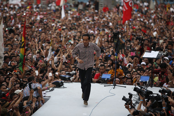 "Indonesian presidential candidate Joko ""Jokowi"" Widodo runs on the stage after delivering a speech in front of his supporters at Gelora Bung Karno stadium in Jakarta on July 5, 2014. (Photo: Reuters / Darren Whiteside)"