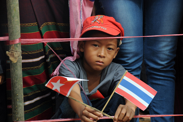 A Karen refugee child waits patiently for Burmese democracy icon Aung San Suu Kyi to visit the Mae La refugee Camp north of Mae Sot, Thailand. (Photo: Steve Tickner / The Irrawaddy)