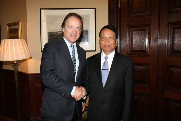 British Foreign Office Minister Hugo Swire shakes hands with Burma's Minister for Electric Power Khin Maung Soe during the Burmese official's visit to the UK this week. (Photo: British Embassy Rangoon / Facebook)