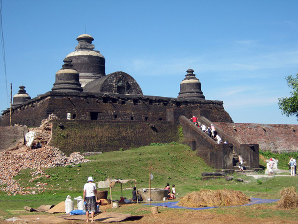 Foreign visitors at Hokekathein stupa in Mrauk U.(Photo: Myat Su Mon / The Irrawaddy)