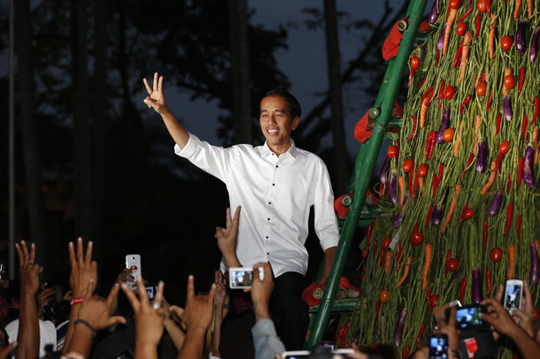 "Indonesia's presidential candidate Joko ""Jokowi"" Widodo gestures to supporters a day after he was named winner in the presidential election in Taman Proklamasi, Jakarta July 23, 2014. (Photo: Reuters)"