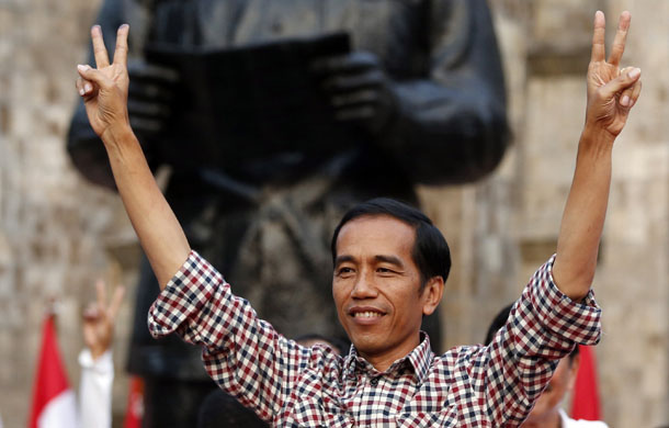 """Indonesian presidential candidate Joko """"Jokowi"""" Widodo gestures during a rally in Proklamasi Monument Park in Jakarta July 9, 2014. (Photo: Reuters)"""
