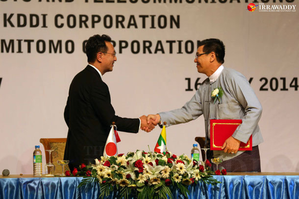 Takashi Nagashima, managing director of KDDI Summit Global Myanmar (KSGM), and Khin Maung Tun, general manager of MPT at a signing ceremony in Naypyidaw on Wednesday. (Photo: Hein Htet / The Irrawaddy)
