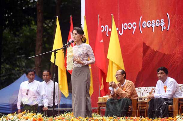 Aung San Su Kyi gives a speech on constitutional reform in Rangoon to thousands of supporters on May 17. (Photo: JPaing/Irrawaddy)