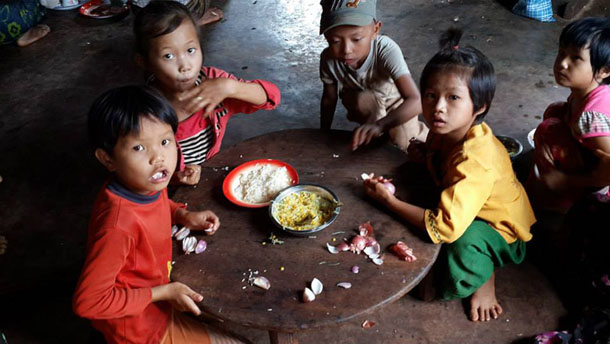 Displaced children eat a meal at the Wan Wat village monastery in Kyaythee Township, northern Shan State. (Photo: Hsenpai News Journal /Facebook)