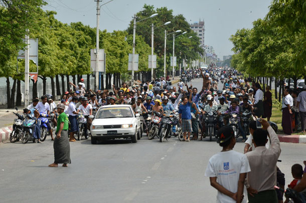 A crowd joins a funeral procession in Mandalay for a Buddhist man who was killed during clashes between Buddhists and Muslims in early July. (Photo: The Irrawaddy)