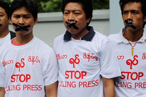 Journalists protest in front of the Myanmar Peace Center in Rangoon on July 12, 2014. (Photo: Reuters / Soe Zeya Tun)
